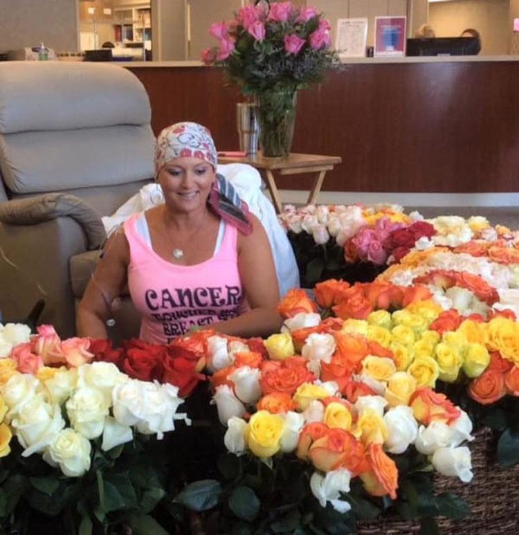 Su marido la lleva a su último tratamiento de quimioterapia. Ahora mira las flores ...