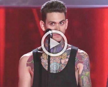 Entra en el escenario cubierto de tatuajes. ¿Pero qué pasa cuando abre la boca? Increíble...