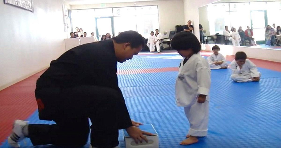 Su instructor dice: 'rómpelo', pero lo que hace el niño en su lugar deja a todos riendo