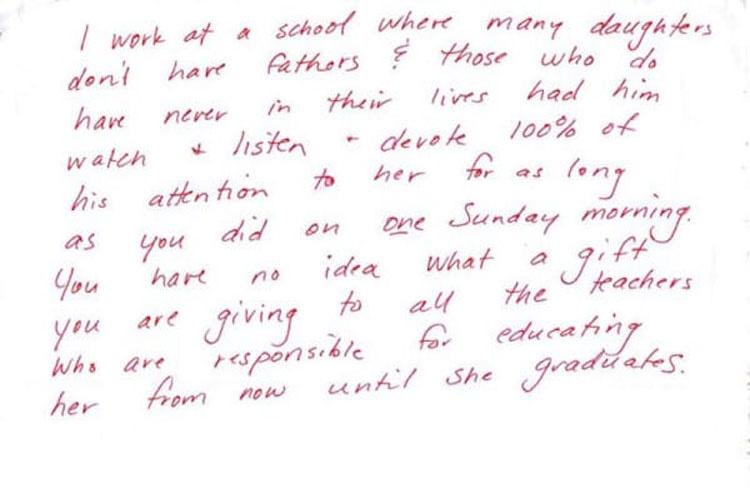 Se lleva a su hija de 9 años a desayunar, y luego ve una misteriosa nota en la mesa ...