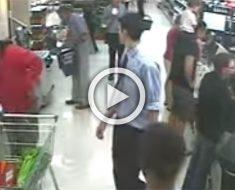 La cámara de la tienda filma a un padre y su hijo. Ahora mira al padre cuando sucede algo