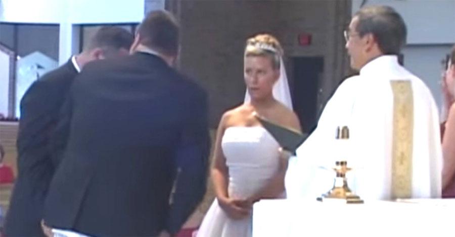 La novia está aturdida en el altar al ver las piernas del padrino... ¡Madre mía!
