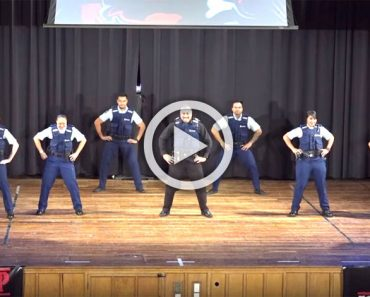 9 policías se quedan completamente quietos. Ahora mira al centro de la pantalla ... ¡Increíble!