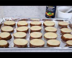 Pone patatas cortadas en una bandeja de horno y después de varias capas...