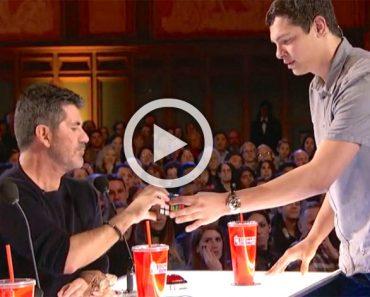 Le da a Simon un juguete viejo. Ahora pon atención a las manos del concursante ...