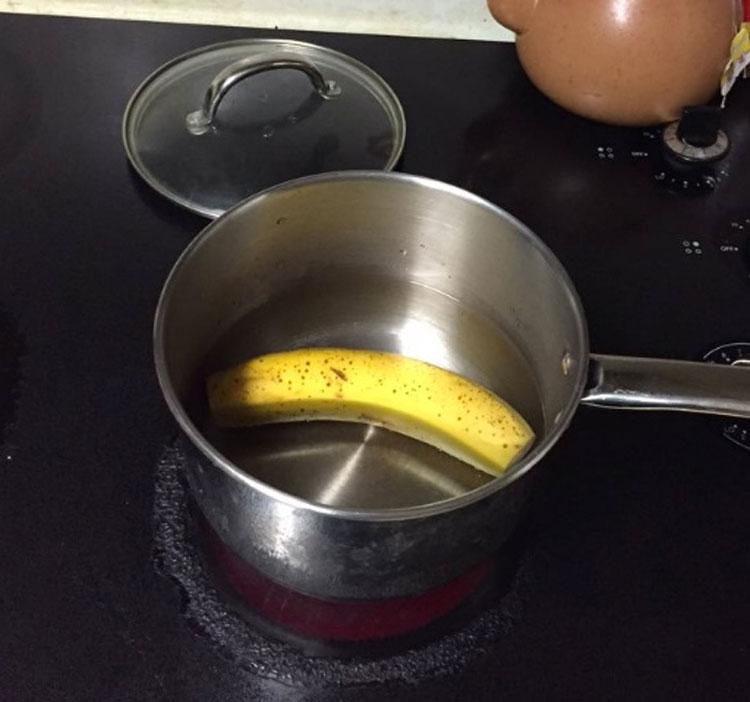 Corta los extremos de un plátano y lo hierve. Minutos más tarde tiene algo increíble