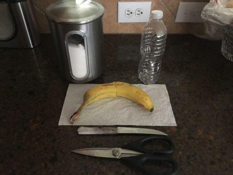 Corta un plátano y pone los trozos en una botella de agua por una razón GENIAL