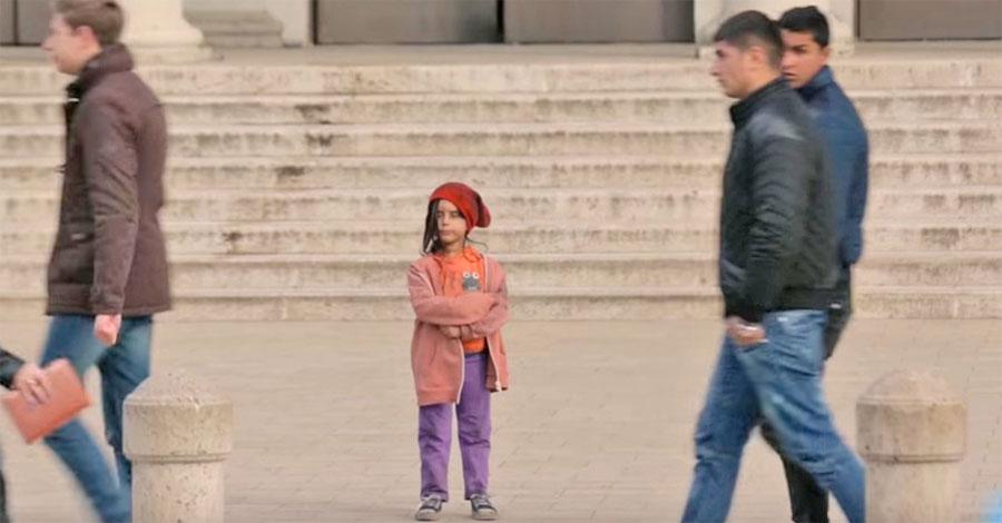 Pasan por delante de una niña perdida e indefensa. Ahora observa cuando va bien vestida
