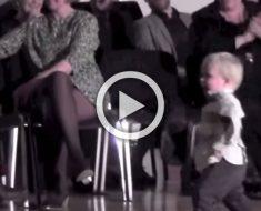Este niño sale a la pista de baile. Atención a sus pequeñas piernas cuando la música comienza