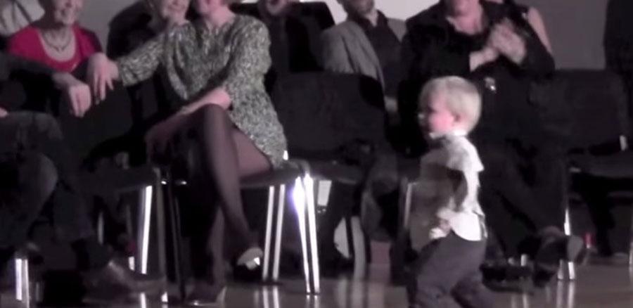 Este niño sale a la pista de baile. Atención a sus pequeñas piernas cuando la música comienza 1