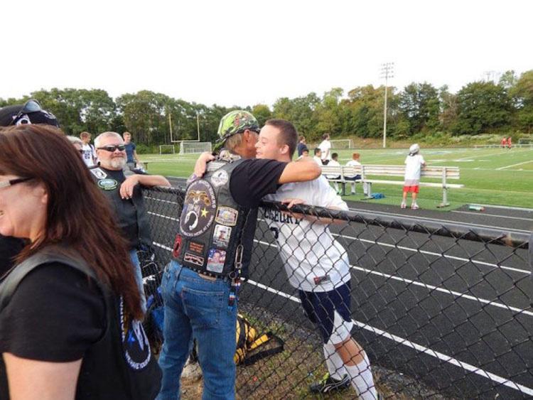 Motoristas escoltan a este chico con síndrome de Down en su primer día de escuela secundaria