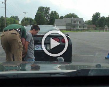 Un policía le dice que se ponga de rodillas. Entonces su novia ve sus manos y se queda sorprendida