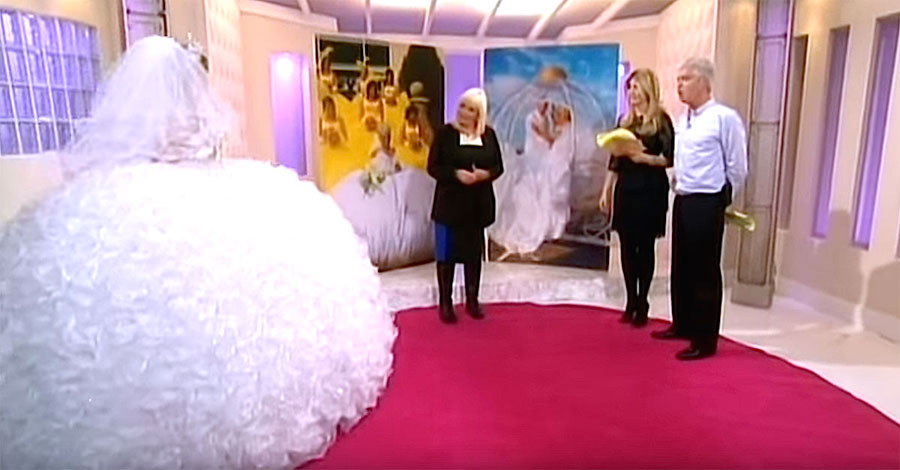 Camina en un vestido de novia GIGANTE. ¿Pero cuando se da la vuelta? ¡Es increíble!