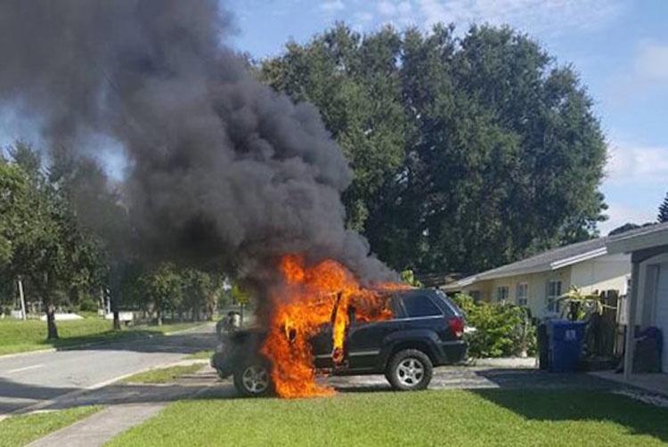 Entra en pánico al darse cuenta de lo que dejó en el coche cuando se incendió