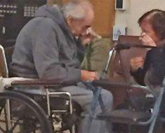 La foto que se ha hecho viral de una pareja llorando cuando les dicen que deben vivir separados