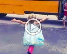 Vídeo adorable del año: esta niña corre a abrazar a su hermano cada vez que llega en su autobús