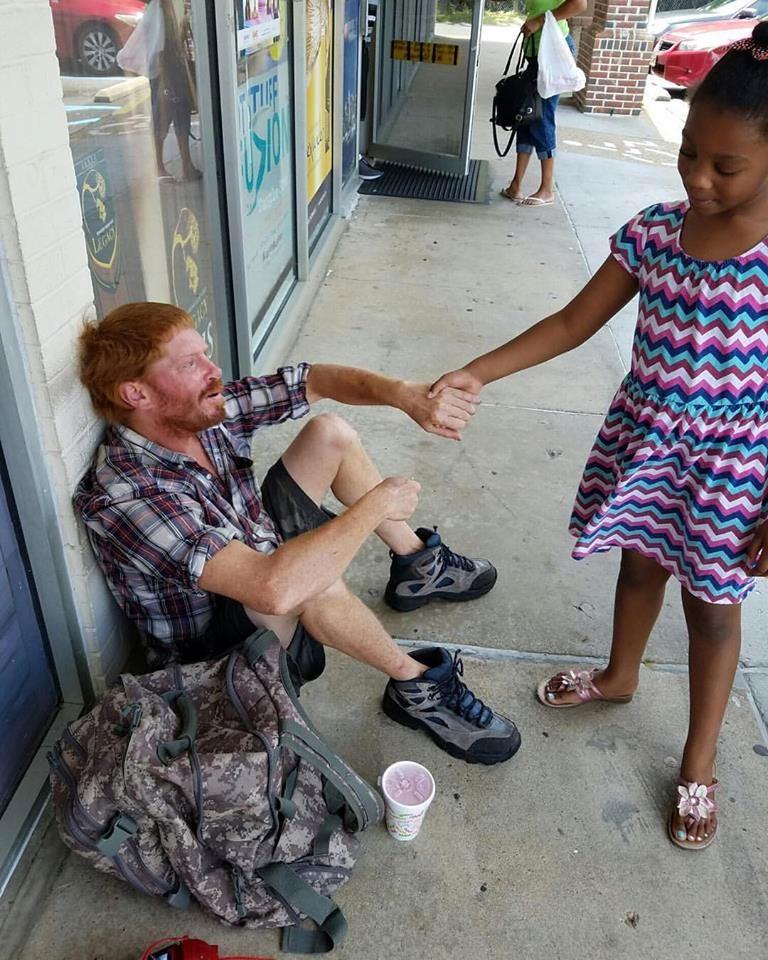 Esta niña muestra extrema compasión por un hombre sin hogar al hacer esto