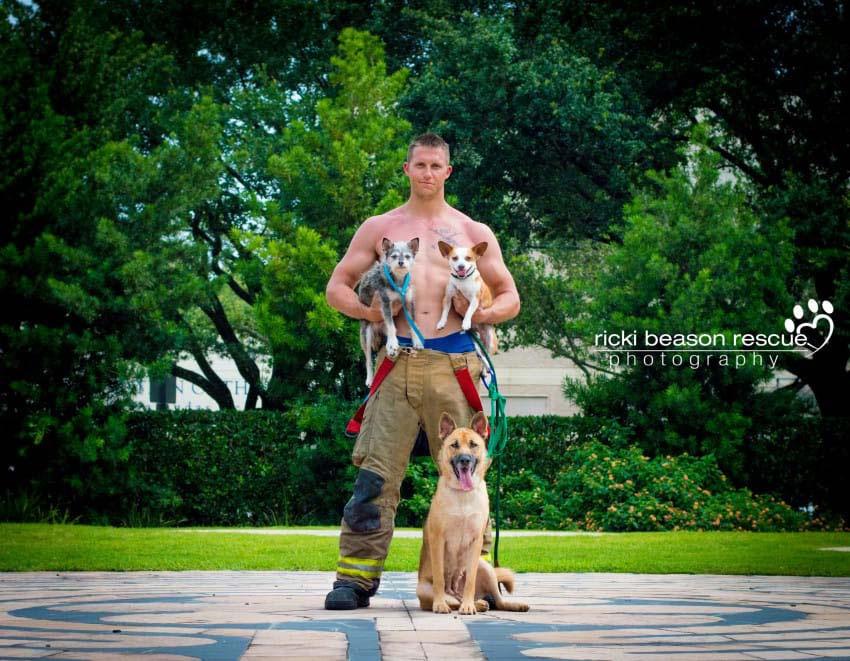 Hombres en uniforme de Texas ayudan a perros a encontrar hogares para siempre de esta forma...