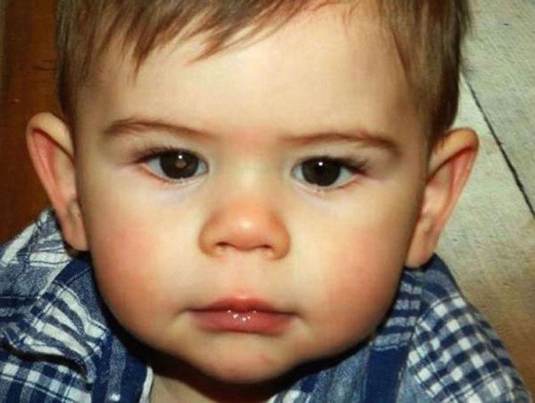 Su pequeño de 3 años tiene cáncer, entonces mira una foto de su bebé y se da cuenta