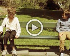 Niño sin hogar se sienta junto a un niño rico. Momentos más tarde, su pesadilla se hacen realidad