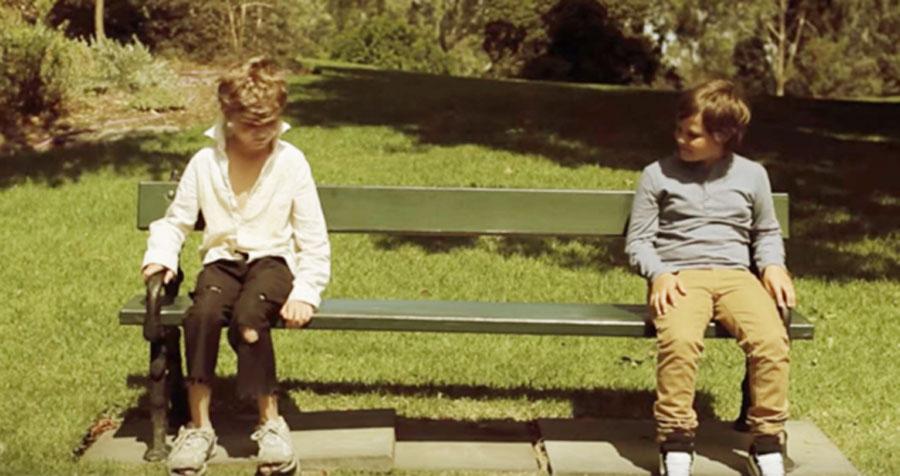 Niño sin hogar se sienta junto a un niño rico. Momentos más tarde, su pesadilla se hace realidad