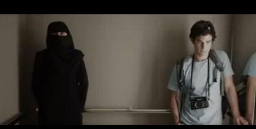 Él tenía miedo de estar en un ascensor con ella. Hasta que sucede algo y ella se quita el velo