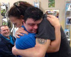 Steven Tyler se encuentra con un fan devastado en una farmacia. Lo que hace es increíble