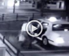 Este hombre está a punto de entrar en un taxi... Ahora mira de cerca lo que aparece detrás de él