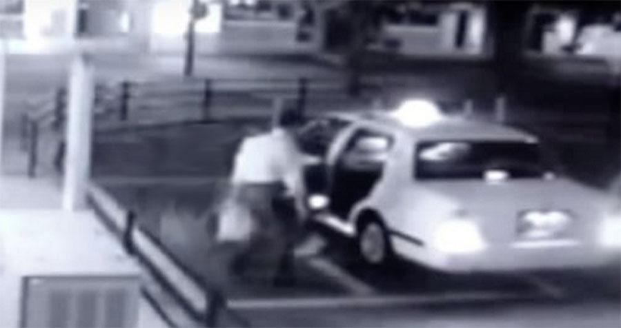 Este hombre está a punto de entrar en un taxi... Ahora mira de cerca lo que aparece detrás de él 1