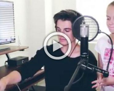 Este cantante asombra a los espectadores cuando su hermana pequeña se une para cantar este clásico