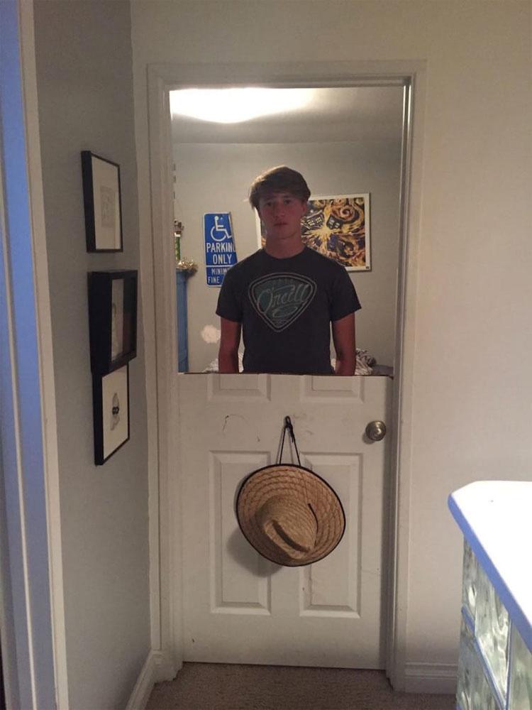 Este padre enseña a su violento hijo una lección por golpear la puerta de su habitación