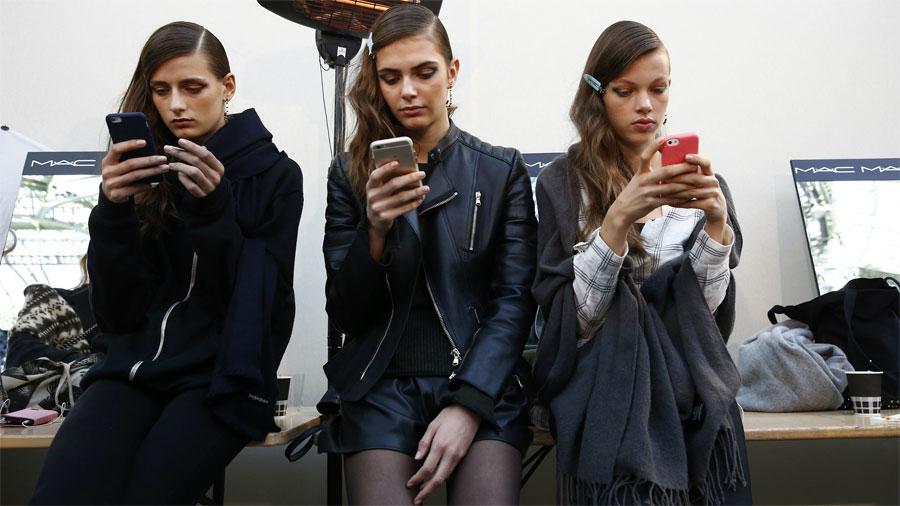 No dejan de mirar sus teléfonos hasta que se dan cuenta de lo que de verdad sucede