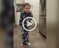 El histérico baile de este pequeño en la cocina se ha hecho viral... y no nos extraña en absoluto