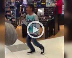 Un joven muchacho sorprende a los clientes de un centro comercial con una actuación musical increíble