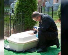 Policía honra a su amado socio por salvar a un perro del corredor de la muerte