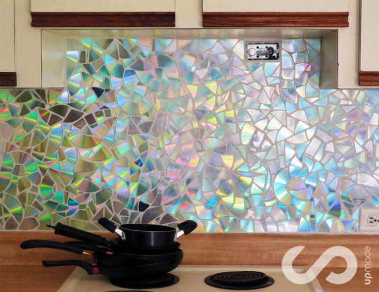 Es sorprendente cómo iluminaron su cocina con diferentes colores utilizando viejos CDs