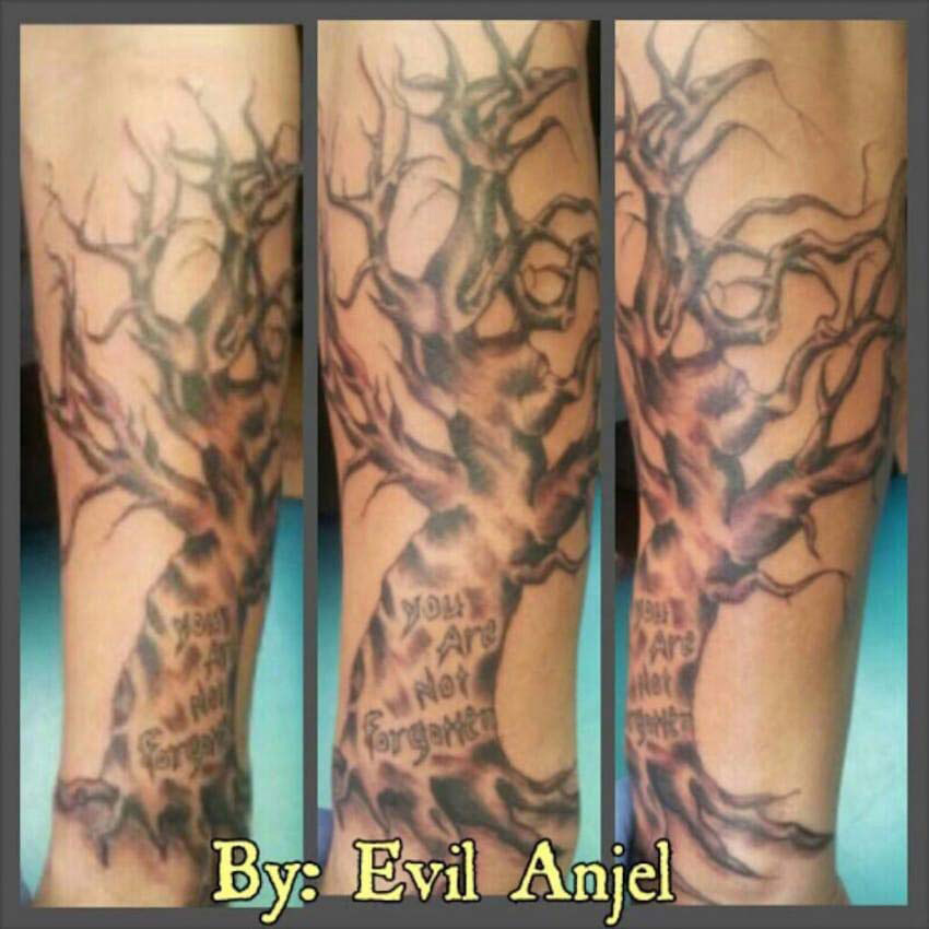 Este chico es acosado por su soporte para espalda, hasta que un artista del tatuaje hace esto