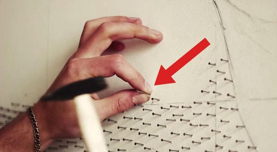 En una pared blanca pone 13.000 clavos y acaba haciendo algo absolutamente GENIAL