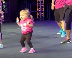 Niña con una rara enfermedad ósea entra al escenario y realiza un increíble baile de zumba