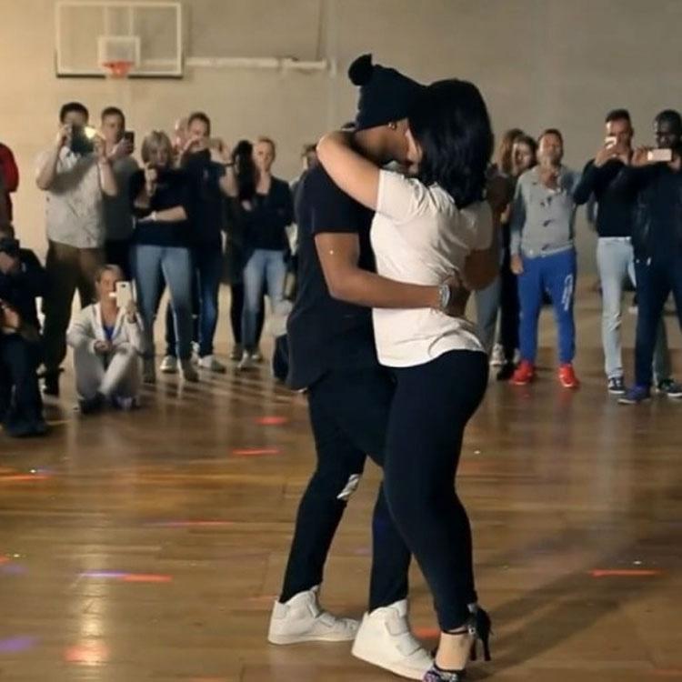 La gente está diciendo que este baile es demasiado sensual. ¡Pero yo no parpadeo!