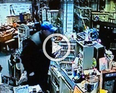 Este hombre estaba en una tienda cuando las cosas se caían de manera inexplicable