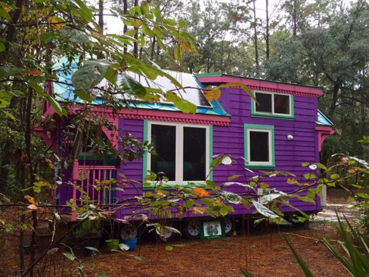 Un bombero dice que vive en este pequeña y loca casa, pero el interior es tan sorprendente