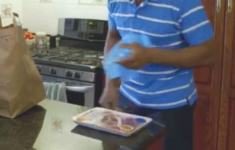 Si descongelas la carne en el frigorífico o en el exterior lo estás haciendo de forma incorrecta
