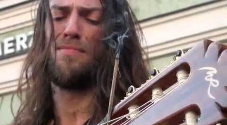 Dicen que es uno de los mejores guitarristas del mundo... ¡Y toca en la calle!