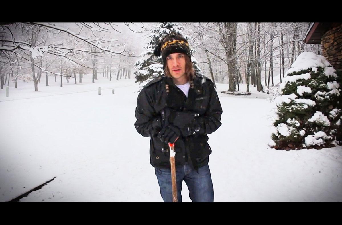 Este hombre ha descubierto una ingeniosa y nueva forma de hacer caminos en la nieve... ¡Genio! 1