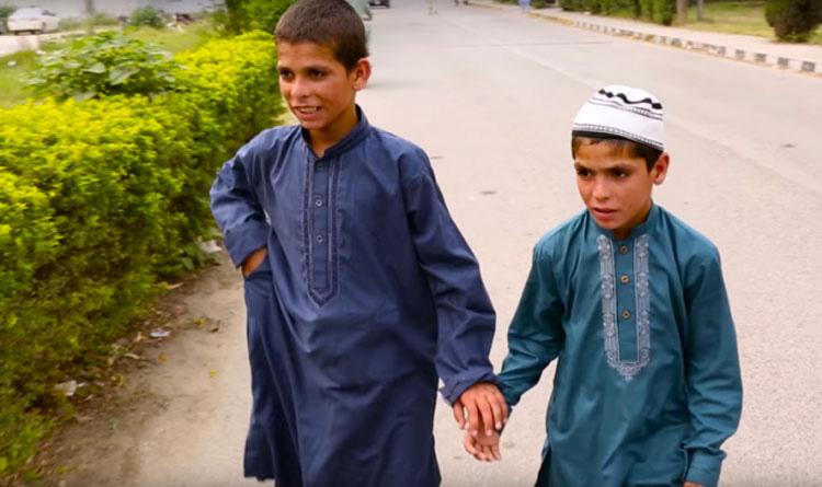 Estos chicos experimentan una transformación misteriosa cuando el sol se pone