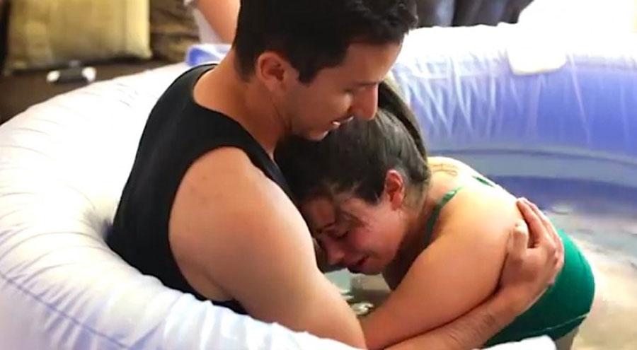 Se abrazan mientras están sumergidos en agua caliente: ¡lo que después sucede te CONMOVERA!