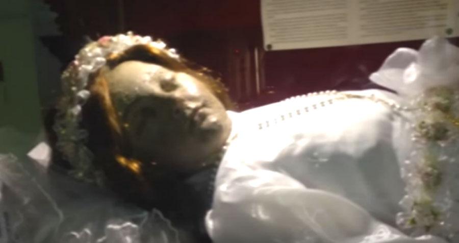 El cadáver de una niña Santa está dando la vuelta al mundo. ¿Crees que es falso o no?