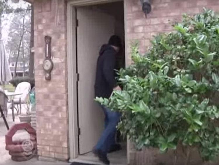 Después de quitar los tornillos de la puerta de su casa, advierte a todos a hacer lo mismo