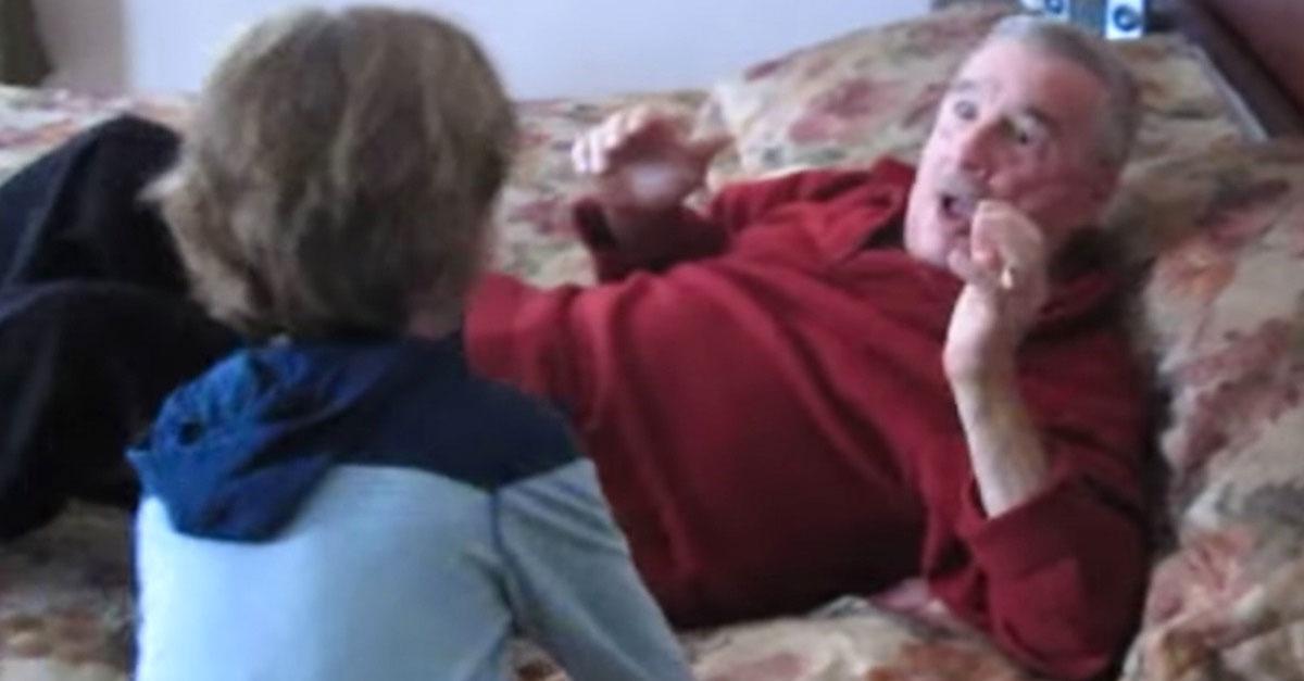 Este abuelo enfermo se despierta por los gritos de su nieto y se da cuenta de la SORPRESA